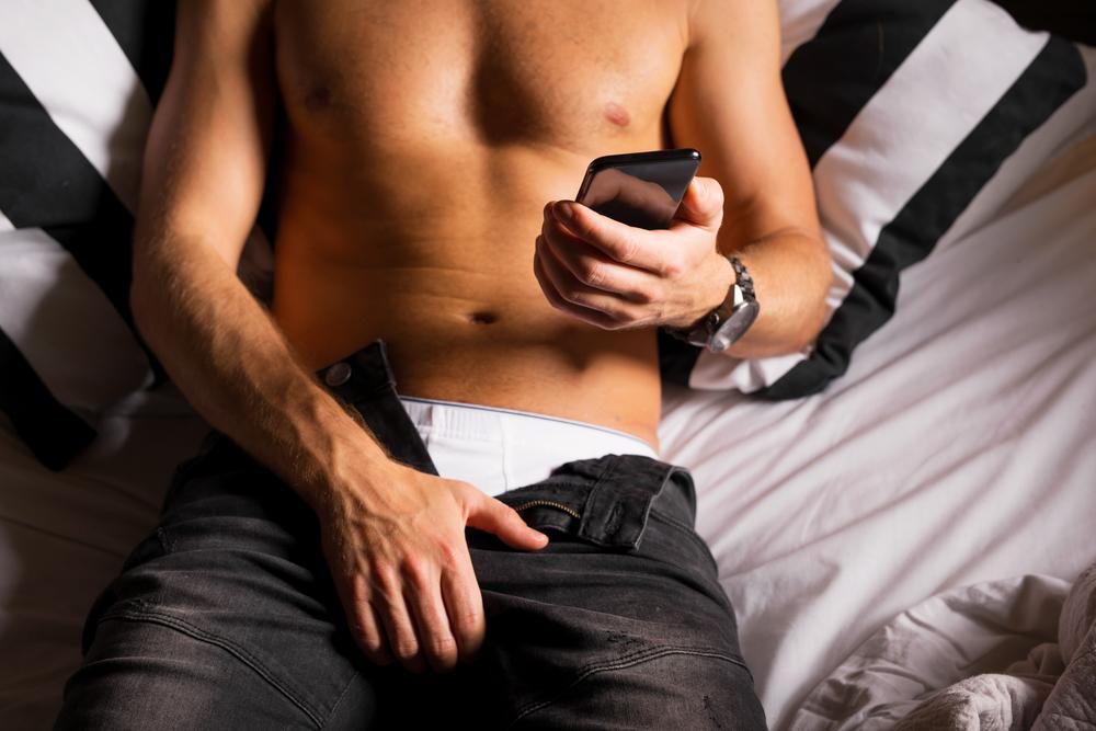 Guy Masturbates Watching Porn Pics